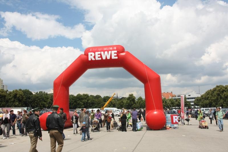 Inflatable mit Rewe-Werbedruck