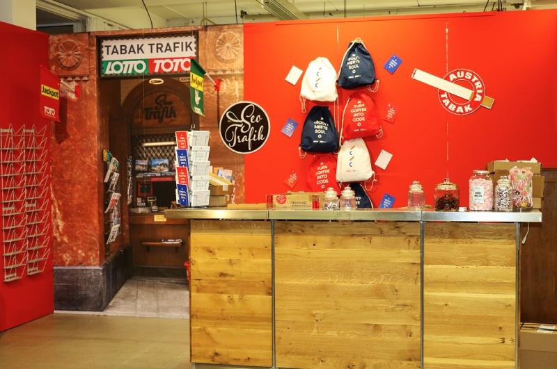 Werbemittel-Stand mit bedruckten Merchandising-Produkten